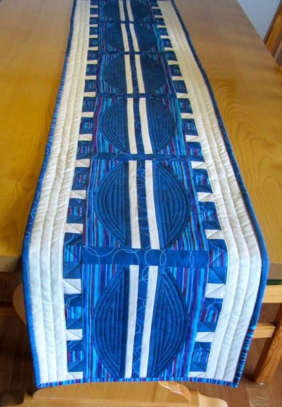 Bordslöpare i blått och vitt