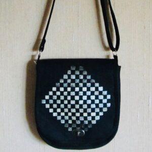 Väska i svart linne med detalj av fiskskinn
